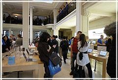 Начало продаж iPad 2 в Париже: толпа штурмует магазины