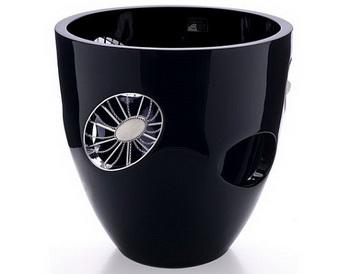 Пластиковая ваза, украшенная бриллиантами, завоевывает пространство роскоши