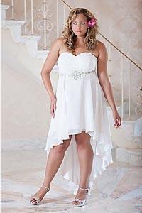 Если внимательно рассмотреть платья с подиумов прет-а-порте и из каталогов моды для неформатных фигур, нетрудно заметить, что короткие свадебные платья для