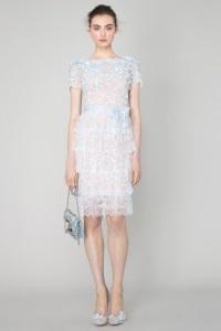 Стильное короткое свадебное платье может быть очень лаконичным по дизайну, и неважно, что летом можно позволить себе чуть больше свободы, чем зимой