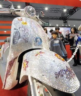 Kymco украшает скутер 10 000 кристаллов Swarowski